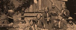 Partiolaistyttöjä retkellä Ruovedellä 1917-1918