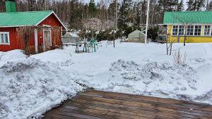 En snötäckt gård, där mycket koldamm samlats.