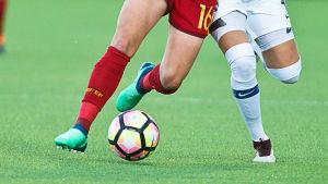 Jalkapallo ja kaksi pelaajaa.