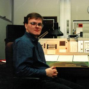 Nuori Tapio Luoma istuu 1980-luvun radiostudiossa.