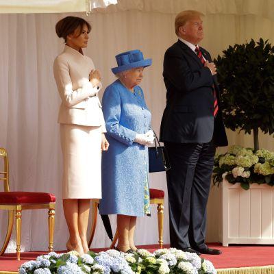 Kuningatar Elisabet II, Yhdysvaltain presidentti Donald Trump ja vaimonsa Melania Trump tervetuliaisseremoniassa Windsorin linnassa.