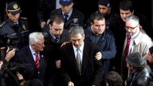 Den turkiska författaren Orhan Pamuk när han lämnar domstolen 2005