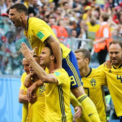 Sveriges lag firar.