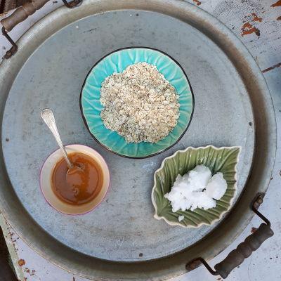 Tre skålar med honung, havregryn och kokosfett