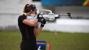 Dorothea Wierer skjuter stående på stadion i Antholz