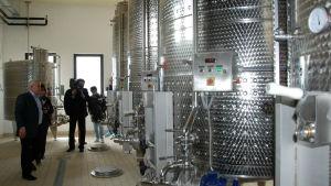 Stora cisterner i metall för vintillverkning.