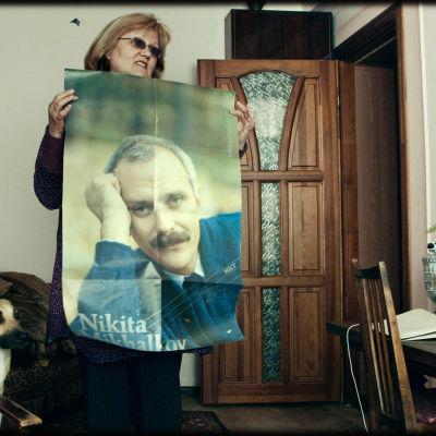 Mor håller upp en bild av sin son  under kriget i Ukraina