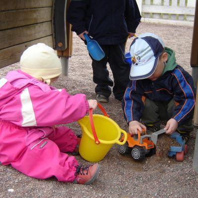 Barn leker på en dagisgård.
