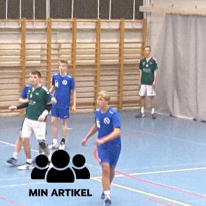 Atlasspelarna i blå skjortor försvarar då EIF anfallare.