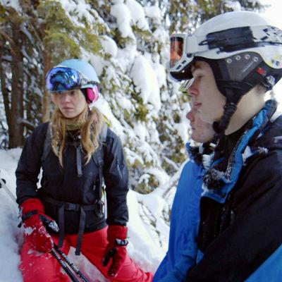 Programledare Louise Fornander tillsammans med Oscar och Olle vid ett björnide