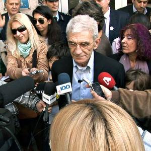Yiannis Boutaris toimittajien piirittämänä