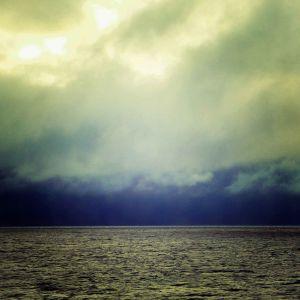 meri ja taivas, synkkä maisema