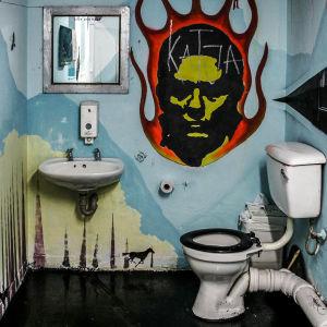 Grafiiteilla maalattu vessa.