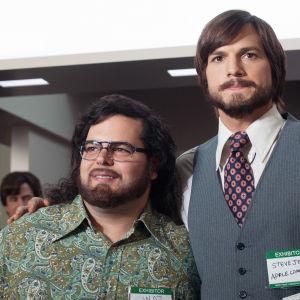 Elokuva legendaarisen Steve Jobsin noususta tiennäyttäjäksi. Steve Jobsin roolissa nähdään Ashton Kutcher (oik.) ja Steve Wozniakin roolin näyttelee Josh Gad.