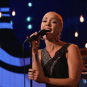 Anna Sahlene uppträder i finalen av På resande not.