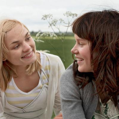 Kaksi nuorta tyttöä karkaa kotoaan, maaseudun rauhasta ja uskonnollisista perheistään, kesäiseen pääkaupunkiin etsimään vapautta. yle tv1