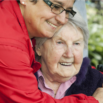 Vuosi sen jälkeen, kun Smedsberget valittiin Ruotsin parhaaksi vanhustenkodiksi, professori Yngve Gustafsson ja yrittäjä Jane Lindell Ljunggren palaavat taloon selvittääkseen, miten siellä nykyisin menee.