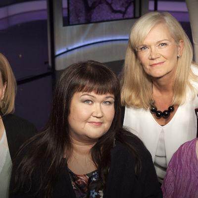 Katarina Baer (vas.), Ira Vihreälehto, Anne Flinkkilä, Kati Tervo keskustelevat suvun salaisuuksista.
