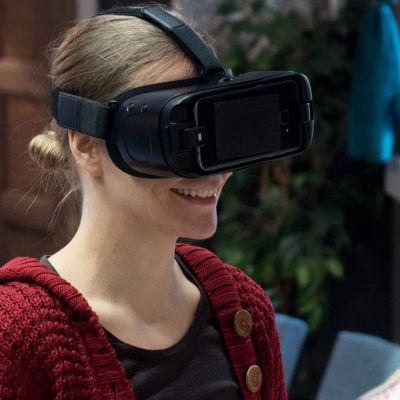 Kuvassa henkilö testaa virtuaalilaseja UP:n lavasteissa.