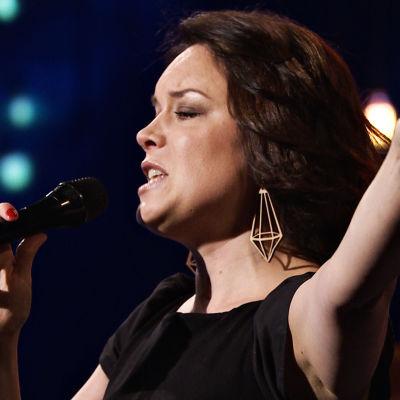 Emma Salokoski uppträder i det fjärde programmet av På resande not