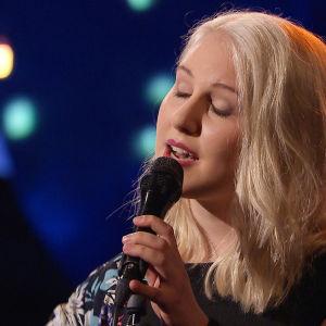 Molly Rosenström uppträder i På resande not.