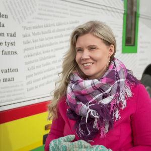 Ingá-Máret Gaup-Juuso kirjastoauton vieressä