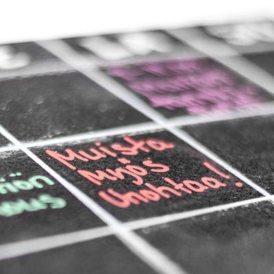 Liitutaululle tehty viikkokalenteri.