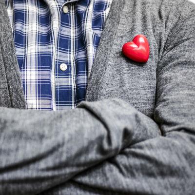 Miehen rinnassa muovinen sydän.