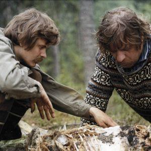 Veikko Huovisen romaaniin perustuvan komedian päärooleissa ovat Heikki Kinnunen ja Leo Lastumäki.