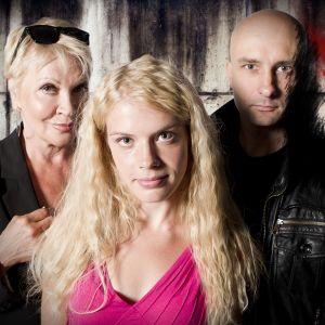 Radioteatteri esittää: Pet Shop. Kuvassa roolihahmot: Femme Fatale (Hannele Lauri, vas.), Kultakutri (Alina Tomnikov) ja Saatana (Herra Ylppö).