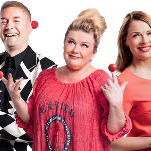 Nenäpäiväkonserttia telkkarissa juontavat Piia Pasanen ja Marco Marco Bjurström, Radio Suomessa Tarja Närhi.