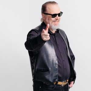 """Musiikkitoimittaja Teppo """"kantritohtori"""" Nättilä poseeraa"""