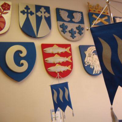 Östra nylands förbundsflagga och kommunvapen