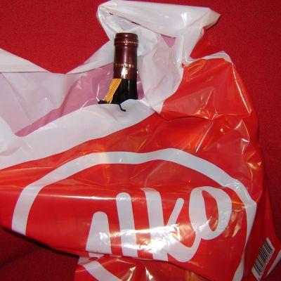 Alkos plastkasse med vinflaska