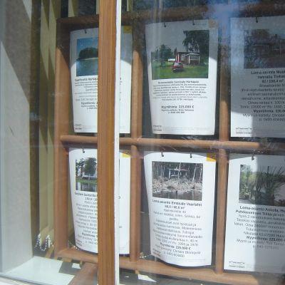 Fastighetsförmedlings skyltfönster
