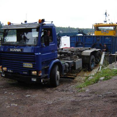 Östnyland, Otto, sopinsamling, m/s Bodö alias Insamlingsbåten Otto tar lastbil till hjälp då den lastar av skrot på Pellinge.