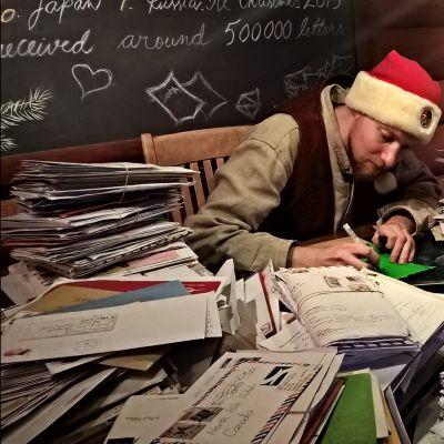 Tonttu vastaa joulupukin saamiin kirjeisiin Joulupukin pääpostissa Rovaniemellä.