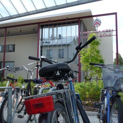 Pyörät telineessä koulun pihalla.
