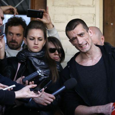 Venäläinen poliittista taidetta tekevä Pjotr Pavlenski Moskovassa kesäkuussa 2016 oikeudenkäynnin jälkeen. Pavlenski tuomittiin sakkoihin.