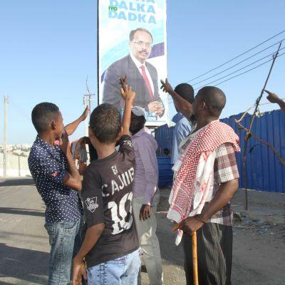 Presidentti  Mohamed 'Farmajo' Mohamedin tukijoita lähellä vaalipaikkaa.