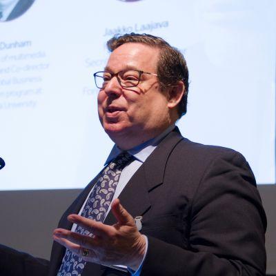 Toimittaja Rick Dunham on seurannut Yhdysvaltain presidenttejä ja politiikkaa 1970-luvulta. Helsingissä 10. maaliskuuta 2017 puhunut Dunham työskentelee Pekingissä journalistiikan professorina Tsinghuan yliopistossa.