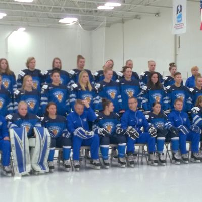 Naisleijonat poseeraa joukkuekuvassa.