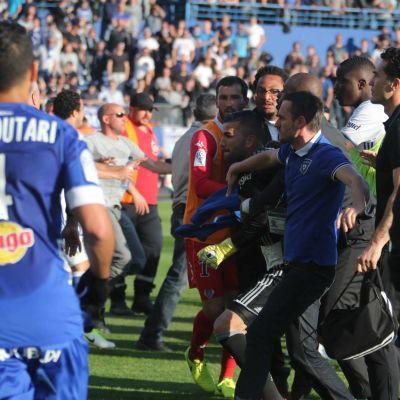 Kannattajat pääsivät kentälle Bastian ja Lyonin väliessä Ligue 1 -ottelussa.