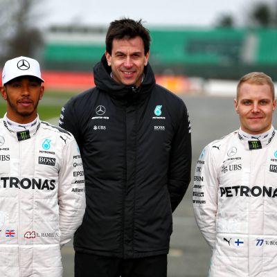 Toto Wolff (kesk.) kuljettajiensa Lewis Hamiltonin ja Valtteri Bottaksen kanssa.