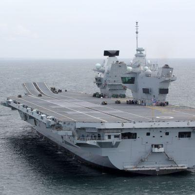 HMS Queen Elizabeth merellä.