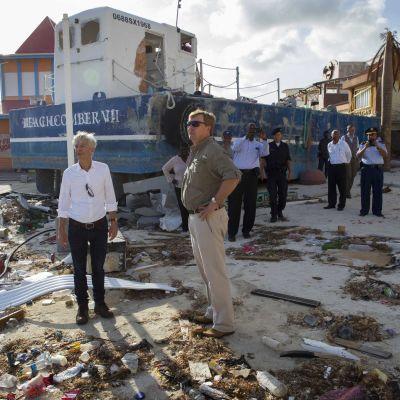 Alankomaiden kuningas Willem (kesk.) ja sisäministeri Willem Plasterk (vas.) arvioivat myrskytuhoja Sint Maartenilla 11. syyskuuta.