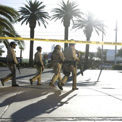 Raskaasti aseistetut poliisit partioivat Las Vegasissa maanantaina.