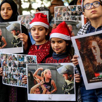 Libanonilaisia ja palestiinalaisia lapsia osoittamassa mieltä