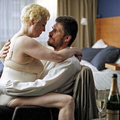 Draamaelokuva Miehen työ kertoo Juhasta, joka yrittää suojella perhettään valheella. Valheen myötä kasvaa häpeä.
