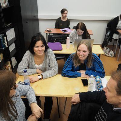 Helena Lemendik (vas.), Nataly Mätlik, Laura Saare ja Jaanus Reisser opiskelevat suomen kieltä Tallinnan yliopistossa.